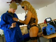 Vidéo porno mobile : The boss has a good time with her two workers